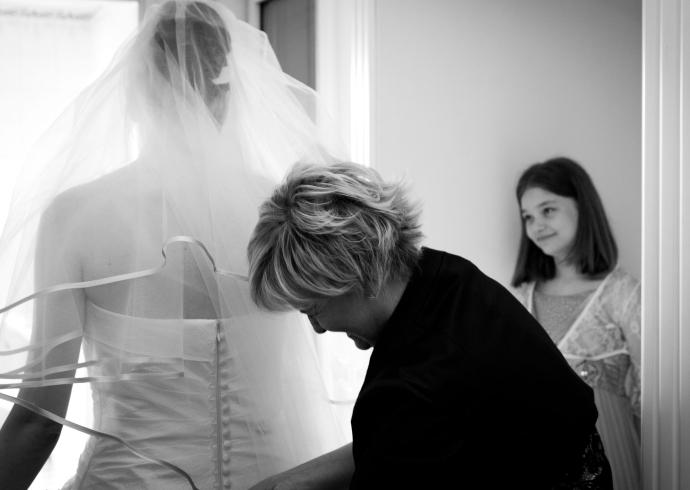 Dolce attimo ritratto durante la preparazione della sposa