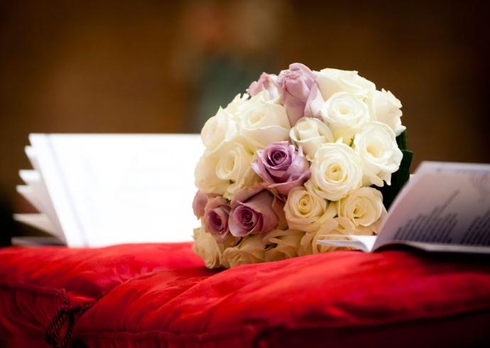 Fotografia del bouquet della sposa composto da rose bianche e lilla