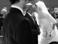 Bacio del papa di fronte all'altare