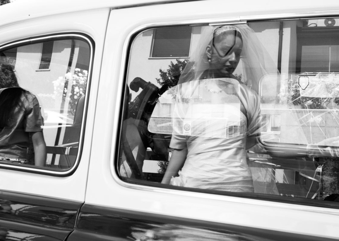Sposa riflessa sul finestrino della macchina