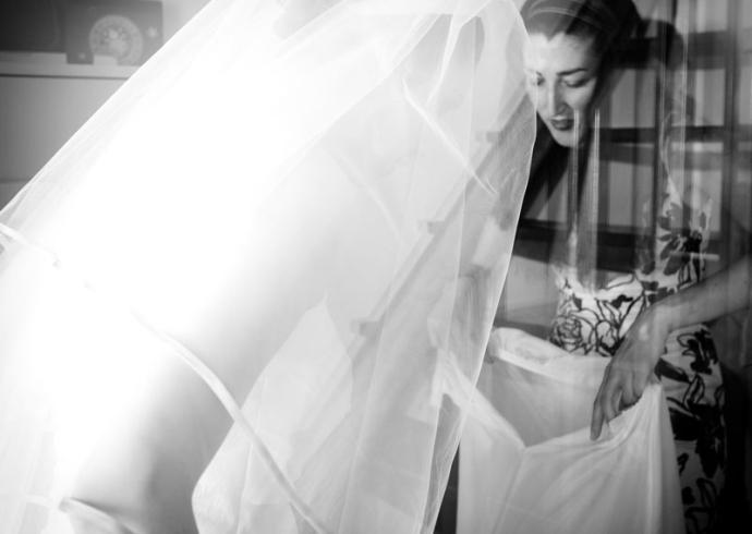 Fotografia in casa della sposa durante la preparazione