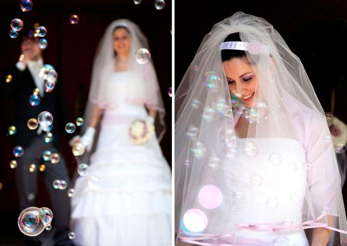 All'uscita della chiesa bolle di sapone per gli sposi