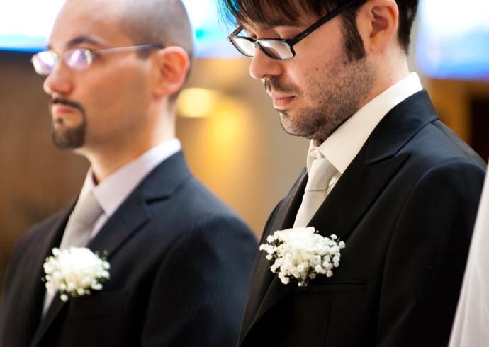 Fotografia che coglie un momento dello sposo e il suo testimone