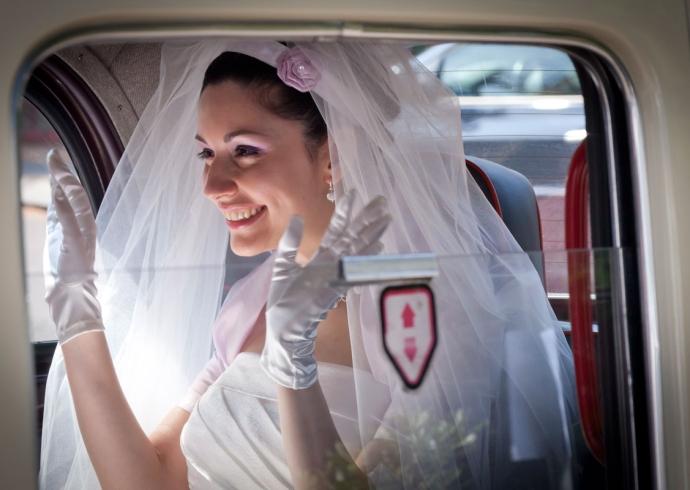 Fotografo matrimonio ritrae con maestria la sposa che arriva in chiesa