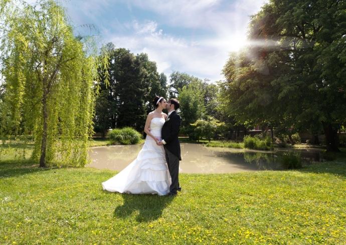 Fotografia paesaggistica degli sposi immersi nel verde