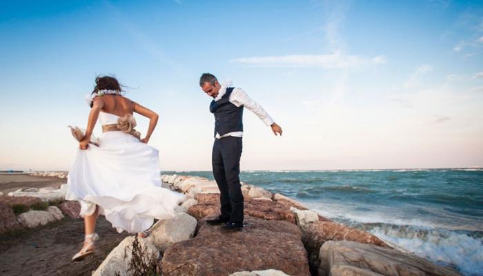 Gli sposi si divertono al servizio fotografico di matrimonio