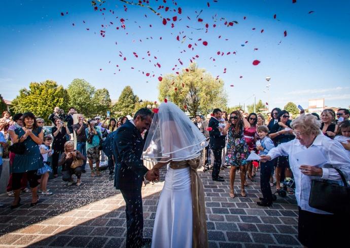 Il lancio di coriandoli e riso al matrimonio moderno