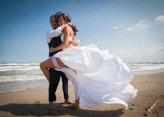 Sposi abbracciati su una spiaggia nel Veneto