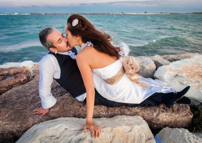 Un bacio in riva al mare sigilla la promessa di matrimonio