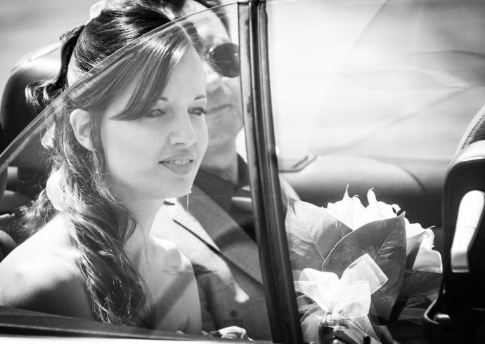 Ritratto della sposa all'arrivo in auto