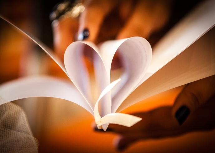 Libretto per matrimonio che forma un cuore