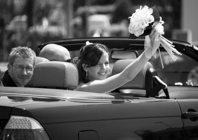Gli sposi salutano dall'auto