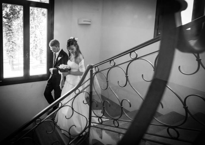 fotografo a Padova ritratta gli sposi che scendono la scala