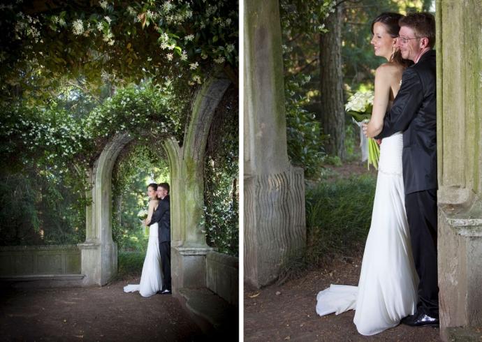 sposi sotto un arco di fiori