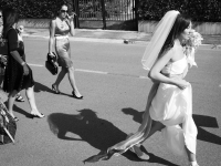 la sposa mentre si avvia verso la chiesa