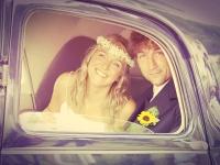 Sposi vintage che guardano della loro macchina
