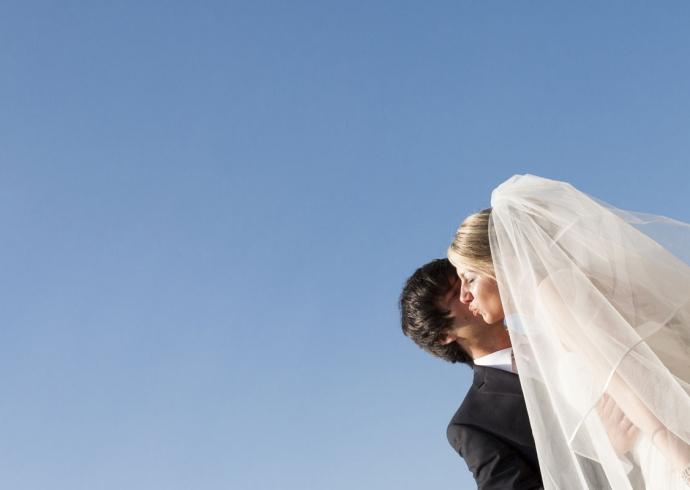 Bacio infinito degli sposi sotto il cielo