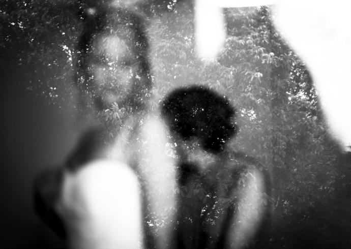 Una sposa dalla finestra si prepara per il grande passo