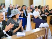 Parenti degli sposi durante la cerimonia religiosa