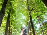 Gli Sposi lungo un viale alberato