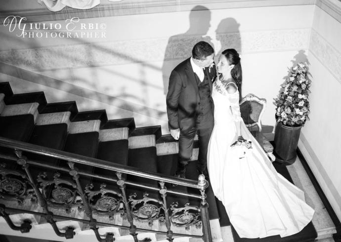 Gli sposi sulle scale in atteggiamento romantico