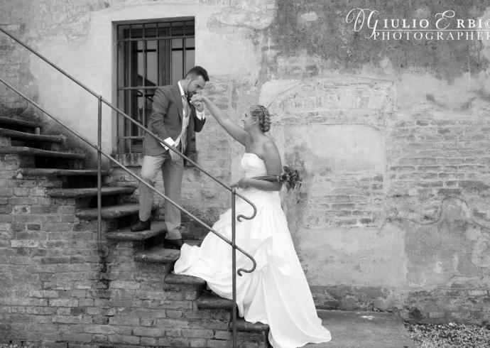Lo sposo bacia la mano della sposa