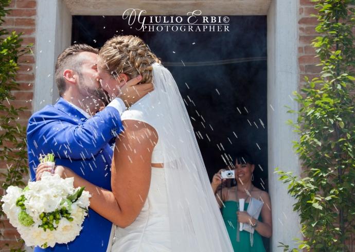 Bacio degli sposi alla uscita della chiesa