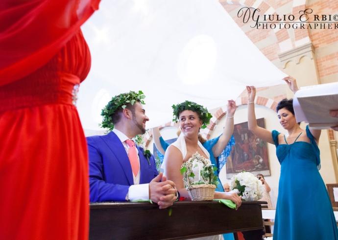 Velo sugli sposi durante il rito del matrimonio