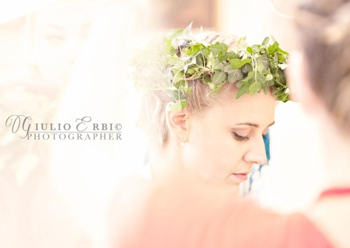 Ghirlanda sulla testa della sposa in chiesa