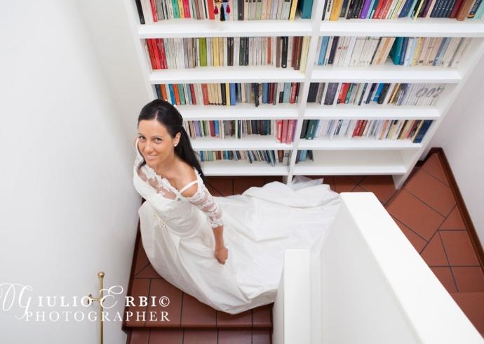 La sposa scende le scale di casa