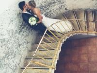 Sposi sulle scale al museo