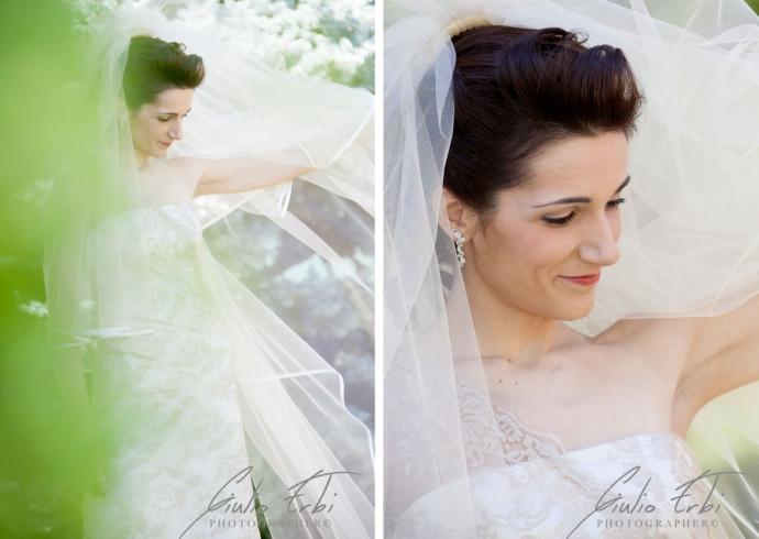 La bellissima sposa gioca con il velo nel giardino di casa