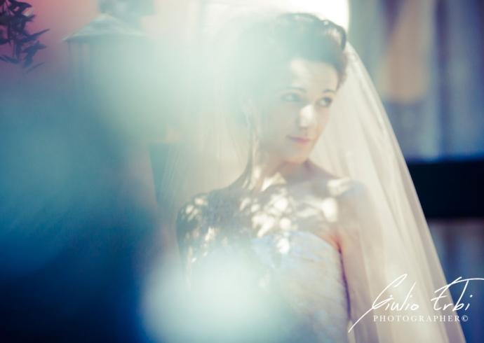 Servizio fotografico della sposa in giardino