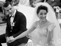 La sposa mostra la fede nuziale in chiesa