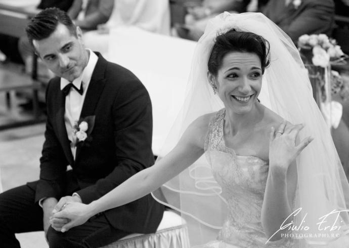 Sposa mostra la fede nuziale