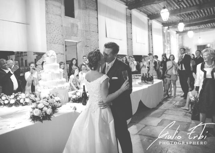 Bacio degli sposi e torta nuziale
